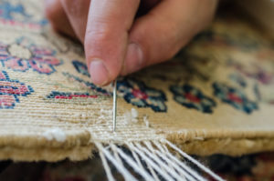 Réparation des bordures d'un tapis à Boulogne